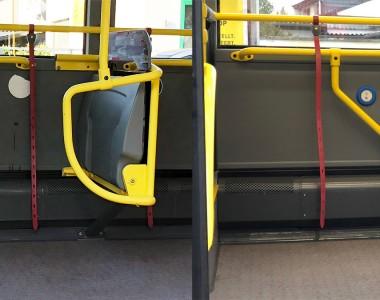 2 geteilt, links das vorherbild, eine Haltestange ragt sehr weit in den Rollstuhlplatz im Bus hinein, rechts: es gibt statt der großen Haltestange einen Klappbügel.
