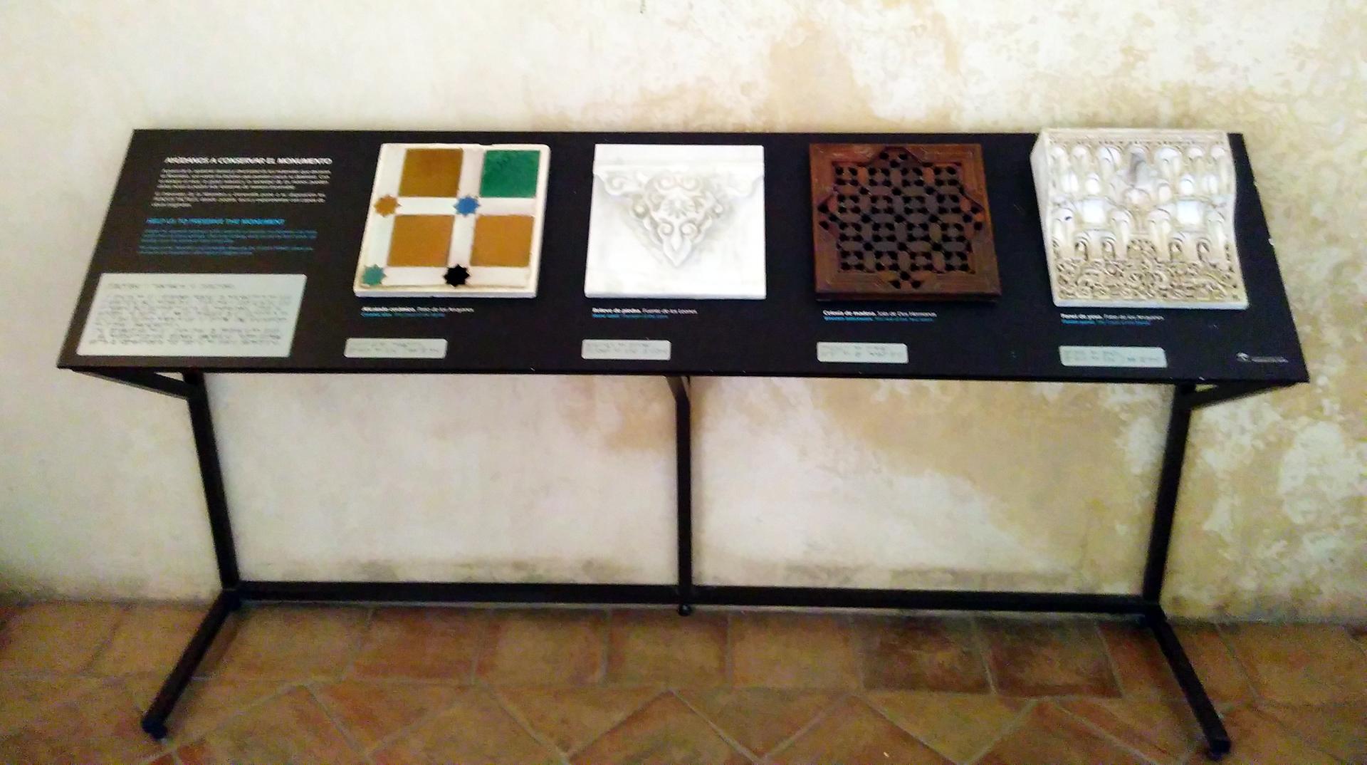 Tastmodelle mit Beschreibung in tastbarer Schrift und Braille-Schrift von Ornamenten aus Alhambra