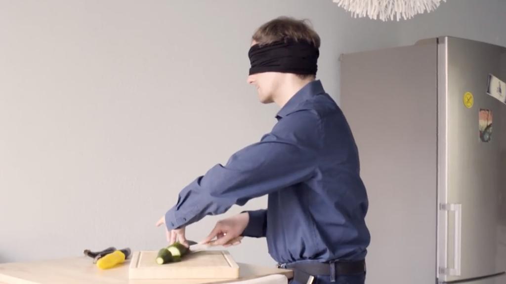 Heiko Kunert beim Gemüse schneiden