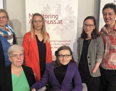 Frauen sitzen hinter einem schwarzen Tisch mit Mikrofonen. Gabriele Sprengseis, Christine Steger, Isabell Naronnig, Jasna Puskaric und Julia Moser