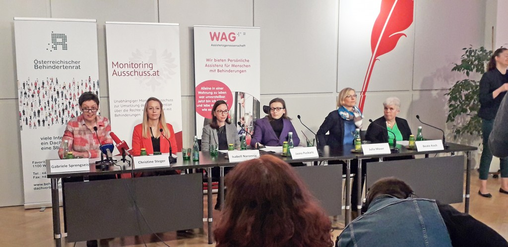 6 Frauen sitzen hinter einem schwarzen Tisch mit Mikrofonen. Gabriele Sprengseis, Christine Steger, Isabell Naronnig, Jasna Puskaric, Julia Moser und Beate Koch