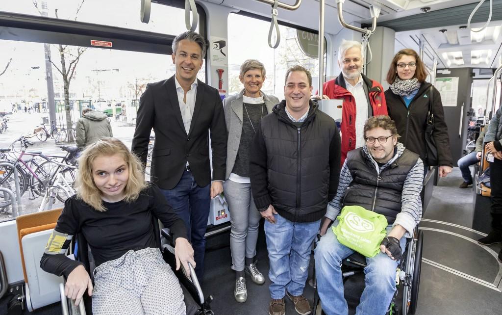 Elena Kirchberger, Kurt Hohensinner und weitere in der Straßenbahn