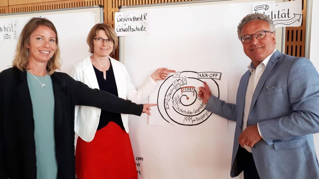 Kick Off- Veranstaltung Aktionsplan für Menschen mit Behinderungen im Bildungshaus St. Virgil: Beatrice Stadel (Referat Behinderung und Inklusion), Renate Kinzl-Wallner (Referatsleiterin) und LH-Stv. Heinrich Schellhorn.