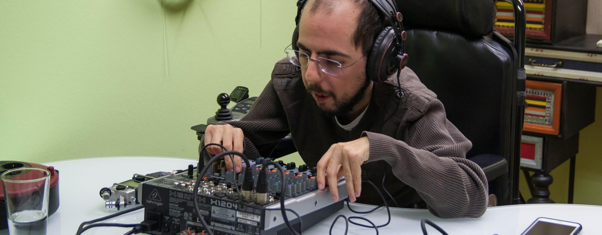 Markus Ladstätter nimmt eine Sendung barrierefrei aufgerollt auf