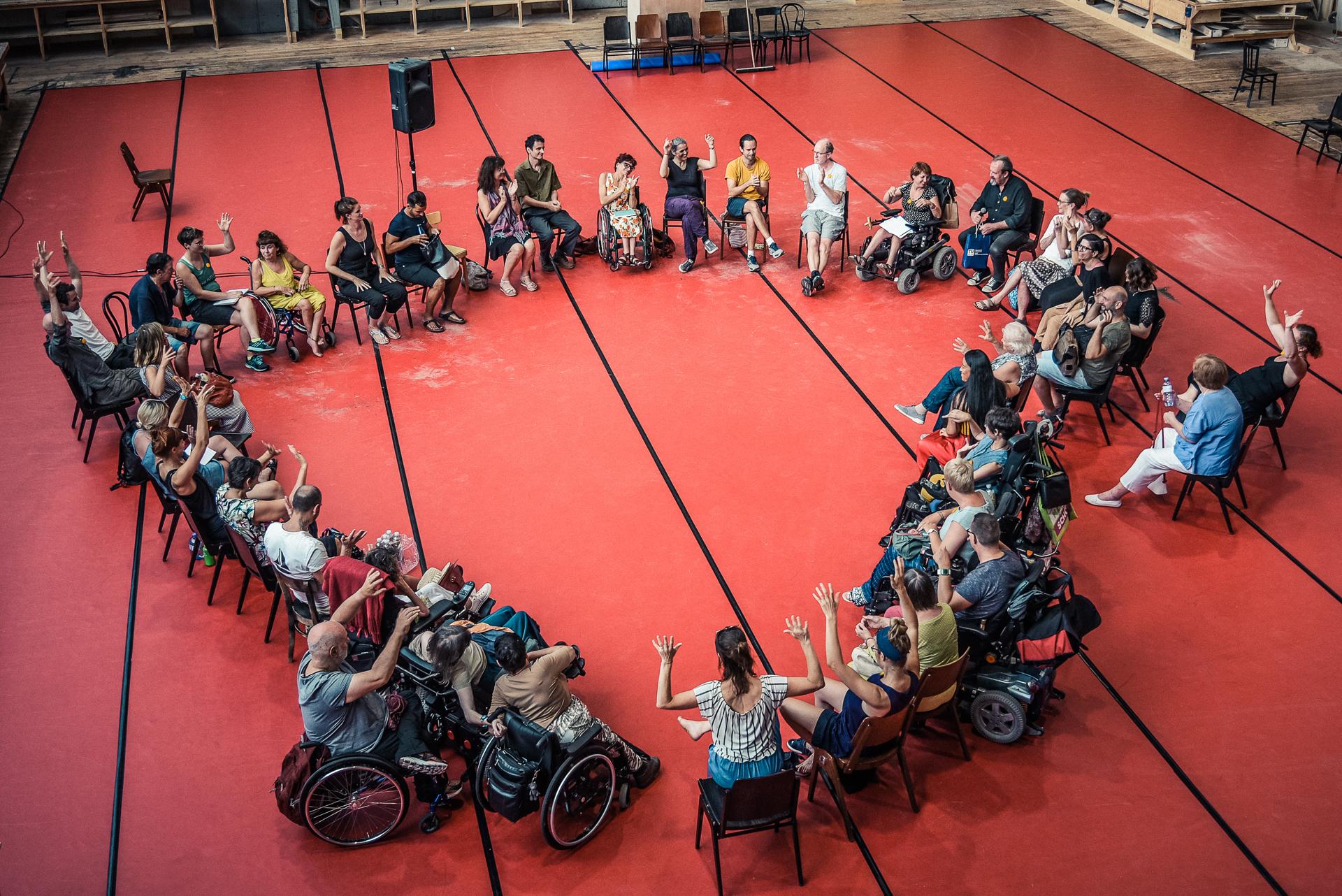 TeilnehmerInnen sitzen Kreis - schaut aber wie ein Herz aus