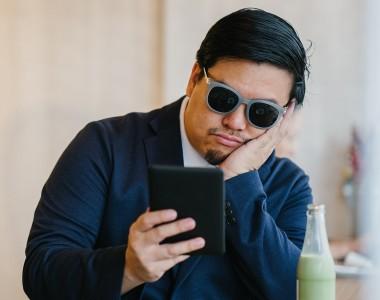Mann mit einem E-Book Reader