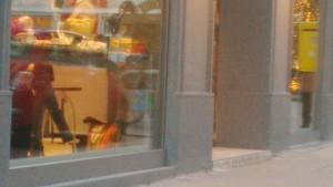 Eine Stufe beim Eingang zu einer Filiale der Firma Bäckerei Felzl