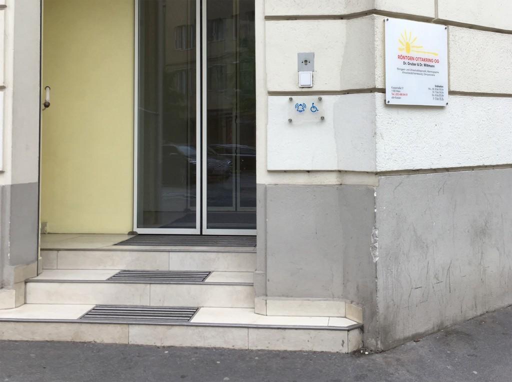 Eingang zu Röntgen Ottakrink. 3 Stufen zur Tür, eine Glocke für Rollstuhlfahrer ist sehr hoch montiert und erst nach der ersten Stufe angebracht.