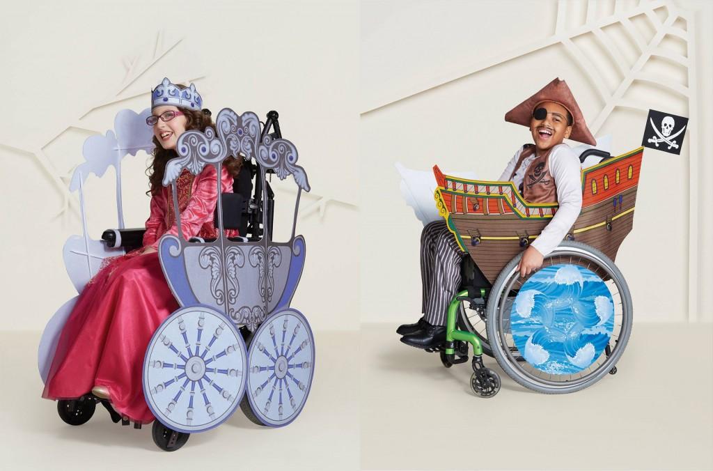 2 Kindermodels in Rollstühlen. Links ein Mädchen mit einem Prinzessinnenkostum mit Kutsche und rechts ein Bub mit Piratenkostüm mit Piratenschiff