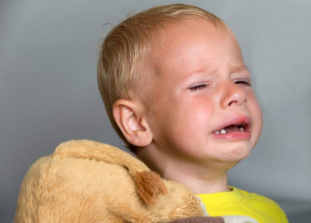 Trauriges Kind weint
