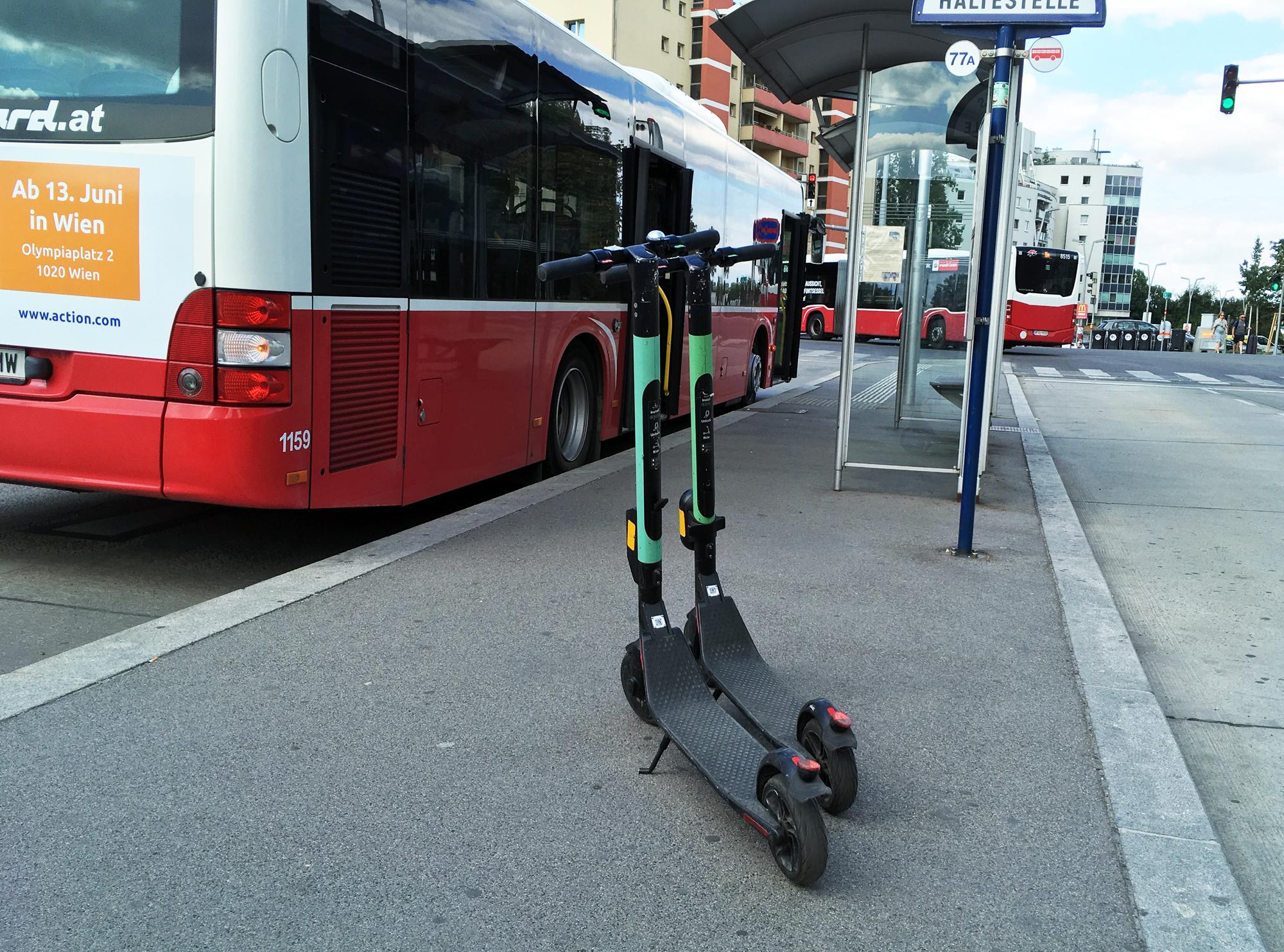 Zwei E-Scooter behindernd auf Haltestelleninsel eines Wiener Linien Busses abgestellt
