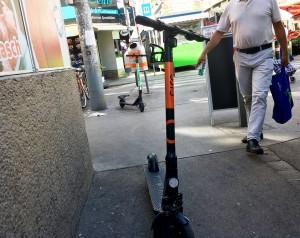 E-Scooter verstellen Weg im Brunnenmarkt