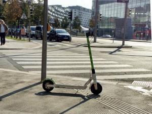 Sogar unmittelbar bei Zebrastreifen werden manche E-Scooter abgestellt