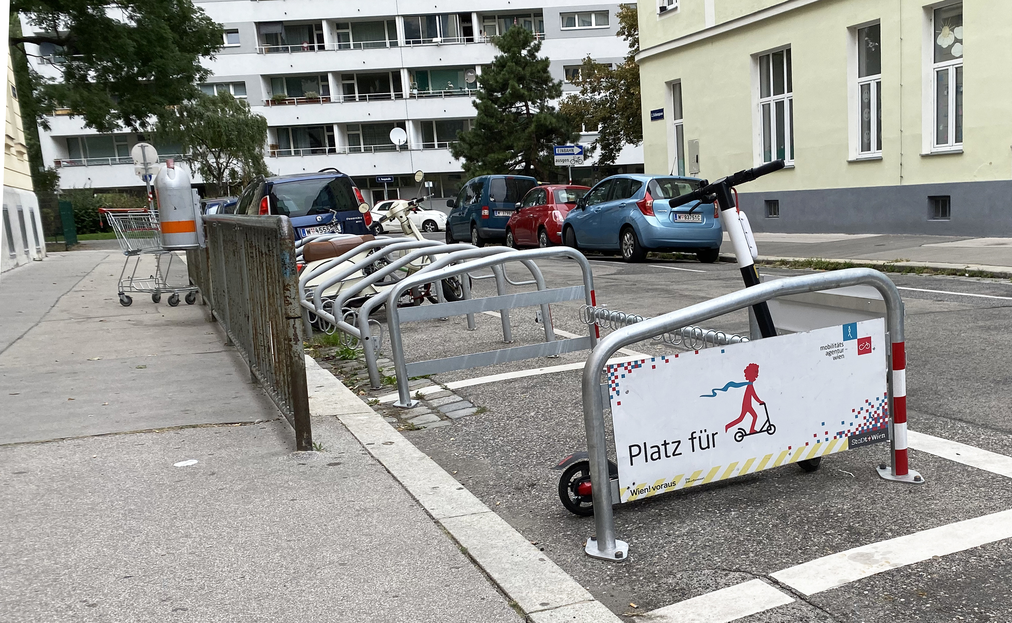 """E-Scooter vorbildlich in einem """"Platz für Scooter"""" geparkt"""