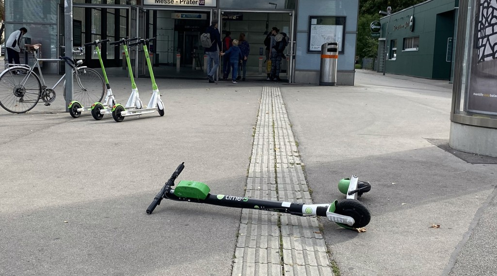 E-Scooter liegt quer am Blindenleitstreifen
