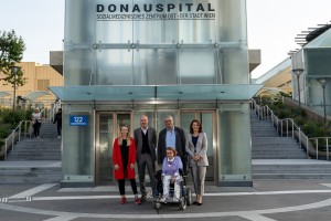 Anna Hosenseidl, Michael Fink, Christine Steger, Oswald Föllerer, Evelyn Kölldorfer-Leitgeb vor dem Donauspital