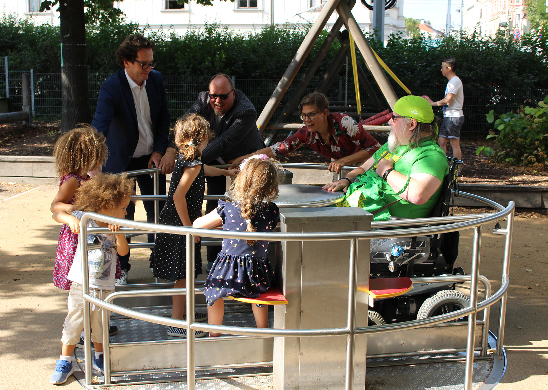 Karusell am Inklusions-Spielplatz im Weghuberpark