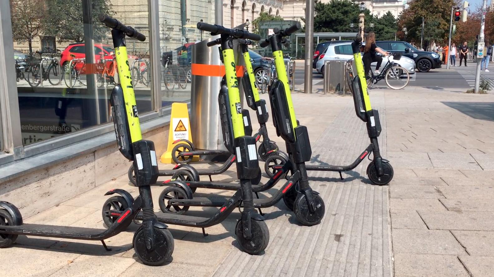 Mehrere E-Scooter schön in Reihe auf Blindenleitstreifen aufgestellt