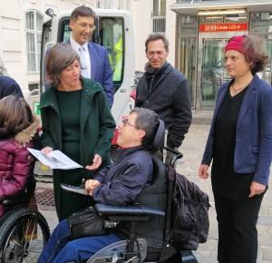 Vizebürgermeisterin Birgit Hebein erhält von Martin Ladstätter die Stellungnahme zu E-Scootern