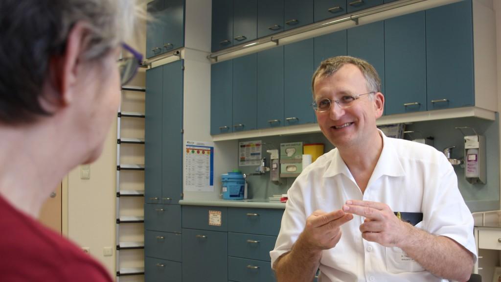 Dr. Thomas Ströbele, Leiter der Wiener Gehörlosenambulanz und gebärdensprachkompetenter Arzt