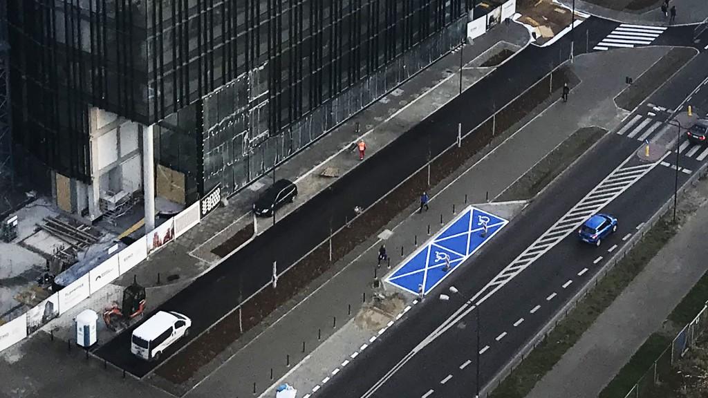 vollflächig blau eingezeichnete Behindertenparkplätze in Warschau
