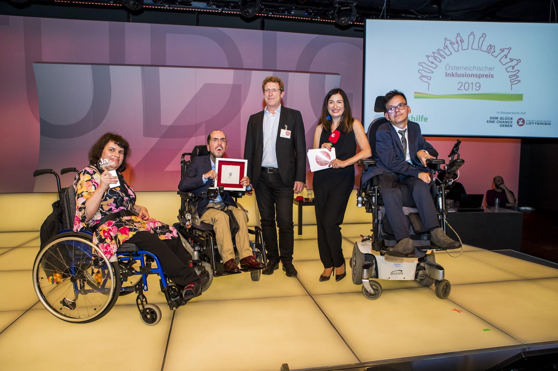 Volksanwalt Bernhard Achitz überreichte Markus Ladstätter und Katharina Müllebner Inklusionspreis 2019