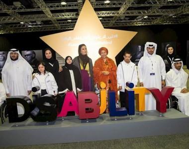 Gruppenbild mit Scheicha Musa bint Nasser al-Missned mit Buchstaben DISABILITY