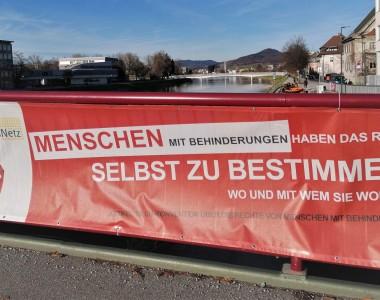 Banner mit Aufdruck: Menschen mit Behinderungen haben das Rech selbst zu bestimmen, wo und mit wem sie wohnen.