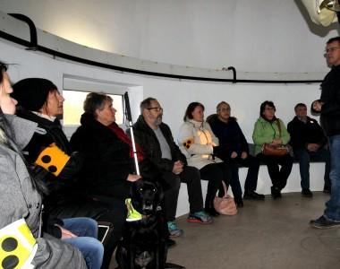 Blinde Menschen sitzen vor dem Teleskop der Kepler Sternwarte in Linz