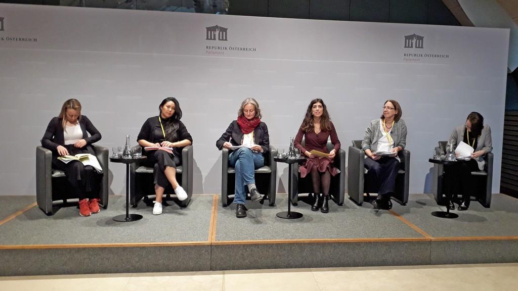 6 Frauen auf einem Podium