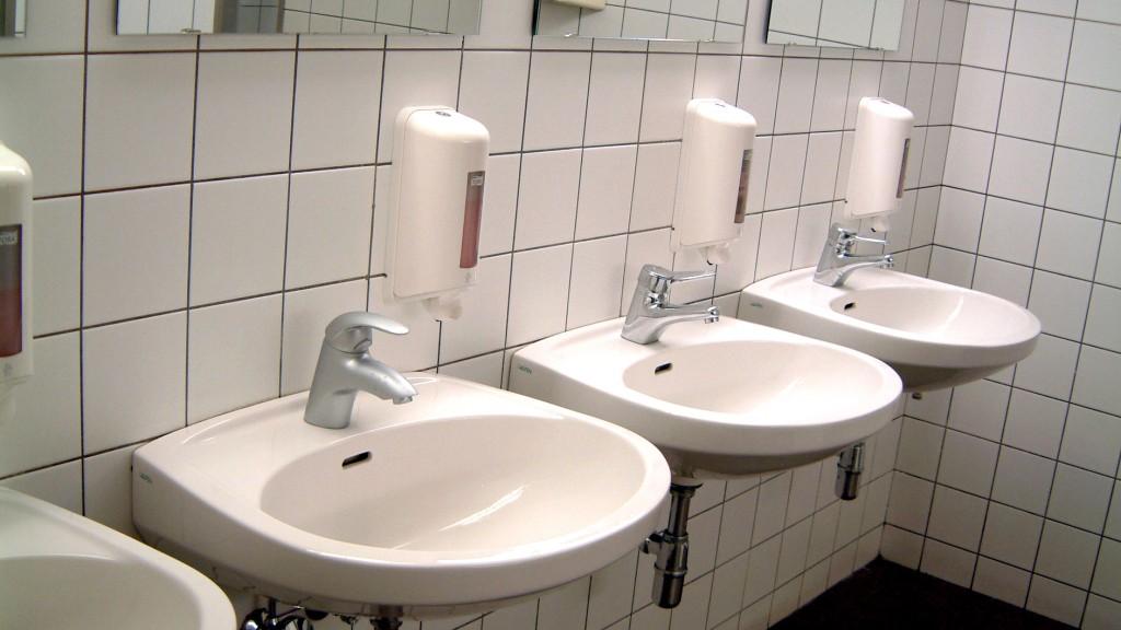 Waschraum mit mehreren Waschbecken