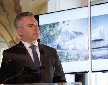 Nehammer präsentiert Entwürfe zum Umbau des Hitler-Geburtshauses
