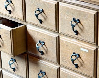 Viele Schubladen; eine davon ist offen