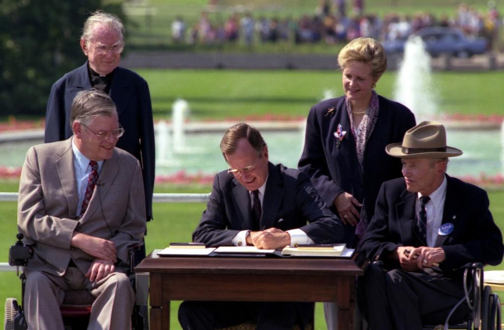 President Bush unterschreibt am 26. Juli 1990 the Americans with Disabilities Act im Garten des Weißen Hauses