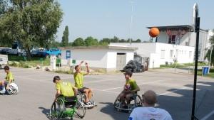 RollstuhlfahrerInnen spielen Basketball