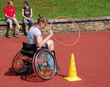 Rollstuhlfahrerin macht Sport