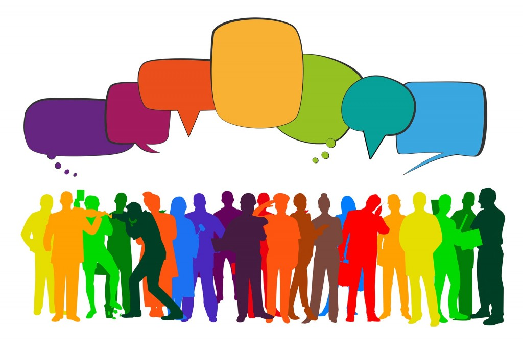 Viele nur als Schema erkennbar gezeichnete Personen in bunten Farben mit bunten Sprechblasen über ihren Köpfen