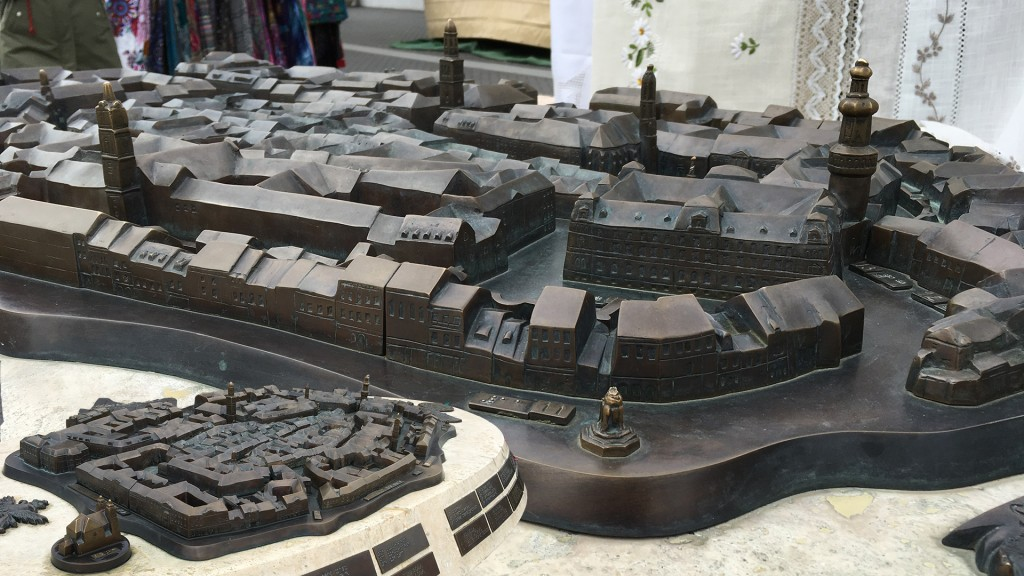 Tastmodell der Altstadt von Sopron im Detail, links unten eine Übersicht des ganzen Modells. Es hat auch Brailleplatten mit Erklärungen