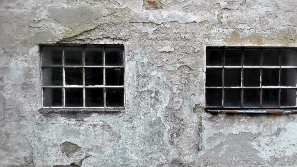 Renovierungsbedürftige Mauer mit zwei Fenster