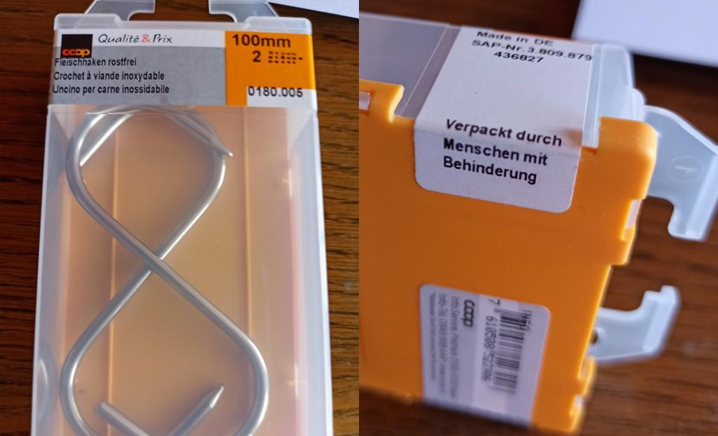 2 Bilder; links eine durchsichtige Verpackung von 2 Fleischerhaken von Coop; Rechts die Rückseite, zugeklebt mit einem weißen Aufkleber Verpackt von Menschen mit Behinderung