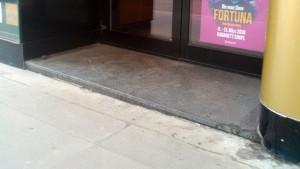 Eine Steinstufe vor einer Tür.