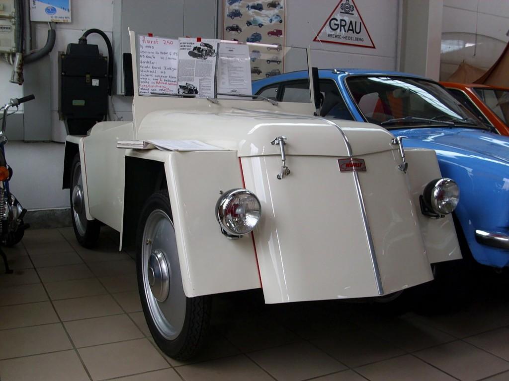 Frontansicht eines Autos. Ein weißer Hurst 250 aus dem Jahr 1949