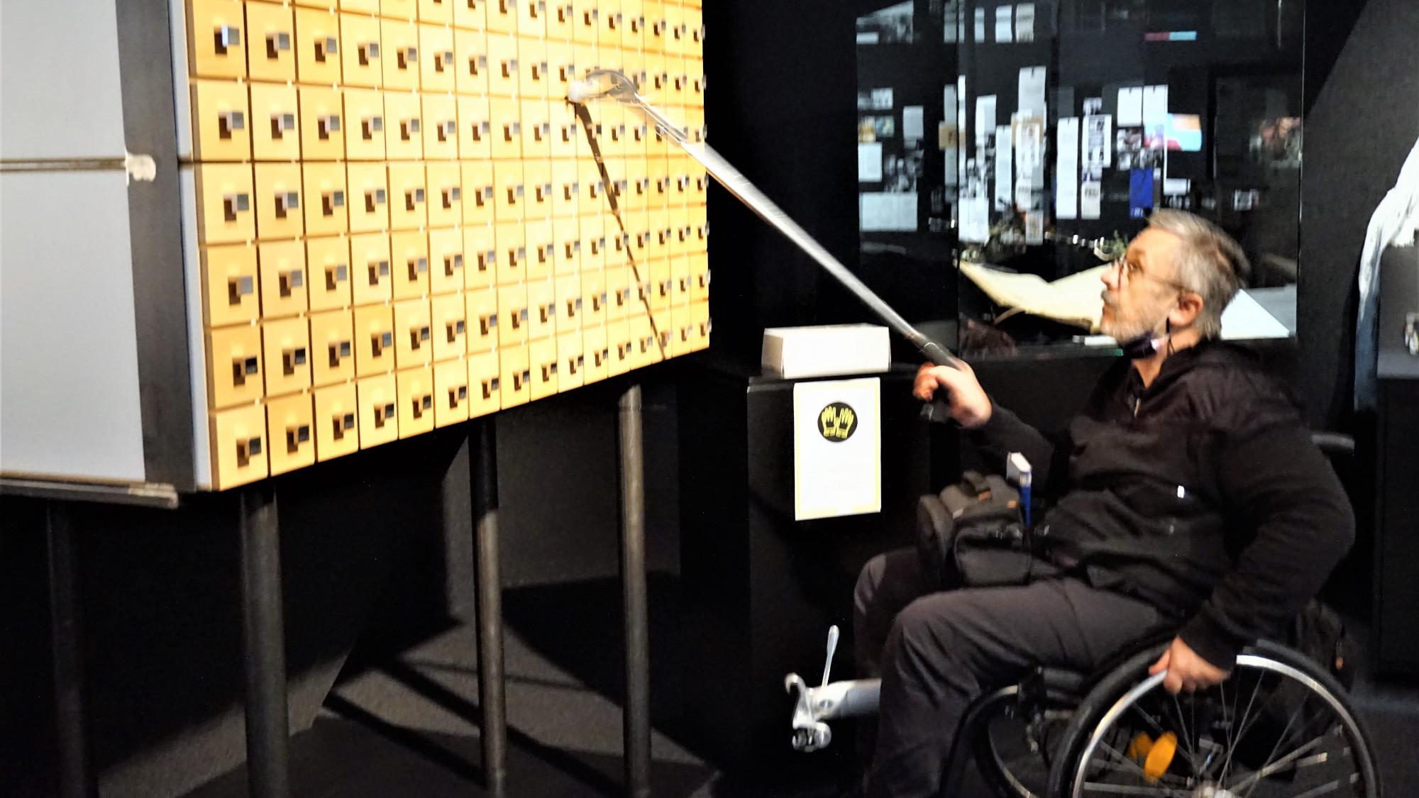 Greifer zum Erreichen der Laden mit Tonbeispielen für Menschen im Rollstuhl oder kleinwüchsige Menschen wurde nach meinem ersten Besuch sofort angefertigt - Großes Welttheater - 100 Jahre Salzburger Festspiele
