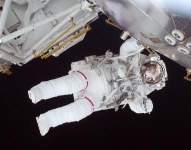 Person Im Weißen Astronautenanzug bei einer Raumstation