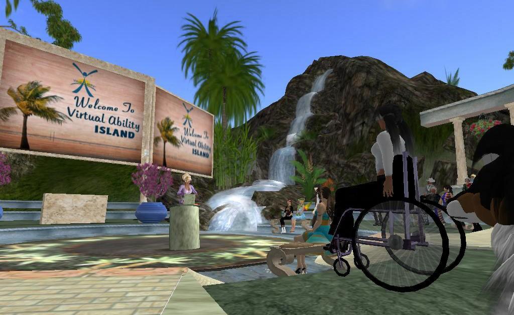 Screenshot von second life. Im Vordergrund eine Frau im Rollstuhl, sieh sieht nach links zu einer großen Holztafel mit dem Text vrtual ability island. auch ein paar andere Avatare ohne sichtbare Behinderung sind zu sehen. Im Hintergrund ein Berg mit großem Wasserfall