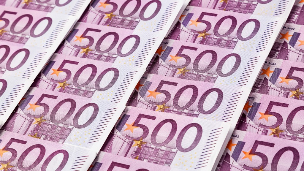 Viele fünfhundert Euro Geldscheine liegen nebeneinander