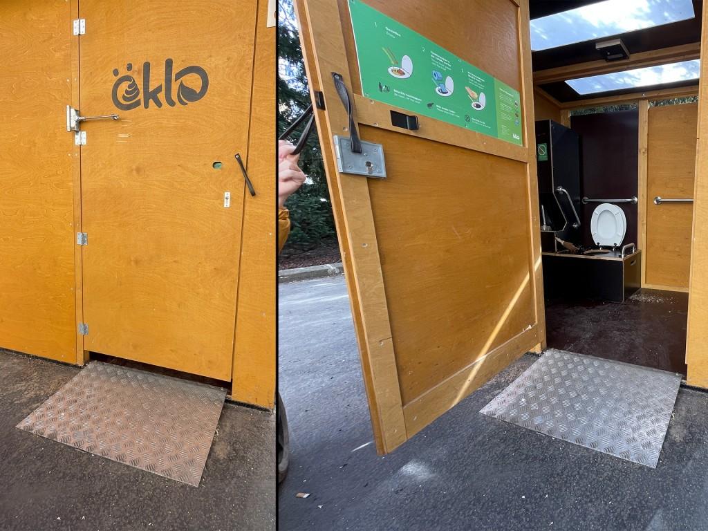 links Aussenansicht einer Holztür auf der Öklo steht, mit Selbstschließmechanismus und mit einer Schlaufe als Griff und einer Rampe vor der Tür. Rechts, die Tür ist offen, innen sieht man eine schwarze Box in der Ecke, auf der ist die WC-Brille, dahinter Haltegriffe, links und rechts auch aber unpraktisch und seltsam positioniert.