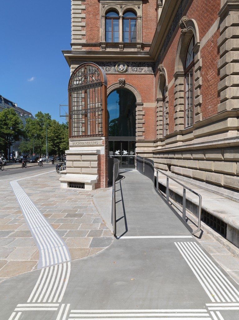 MAK Barrierefreier Zugang; Rampe an der Außenfront mit Blindenleitsystem