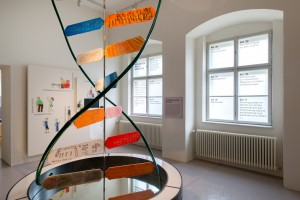 Raum 9 widmet sich unter dem Titel Visionen zum einen den Entwicklungen in Biomedizin und Gentechnik ab den 1990er Jahren, zum anderen der Behindertenrechtskonvention und dem Kampf um Inklusion. Die Skulptur der DNA-Spirale wurde von Künstler*innen mit Behinderungen des benachbarten Ateliers Neuhauserstadel geschaffen.