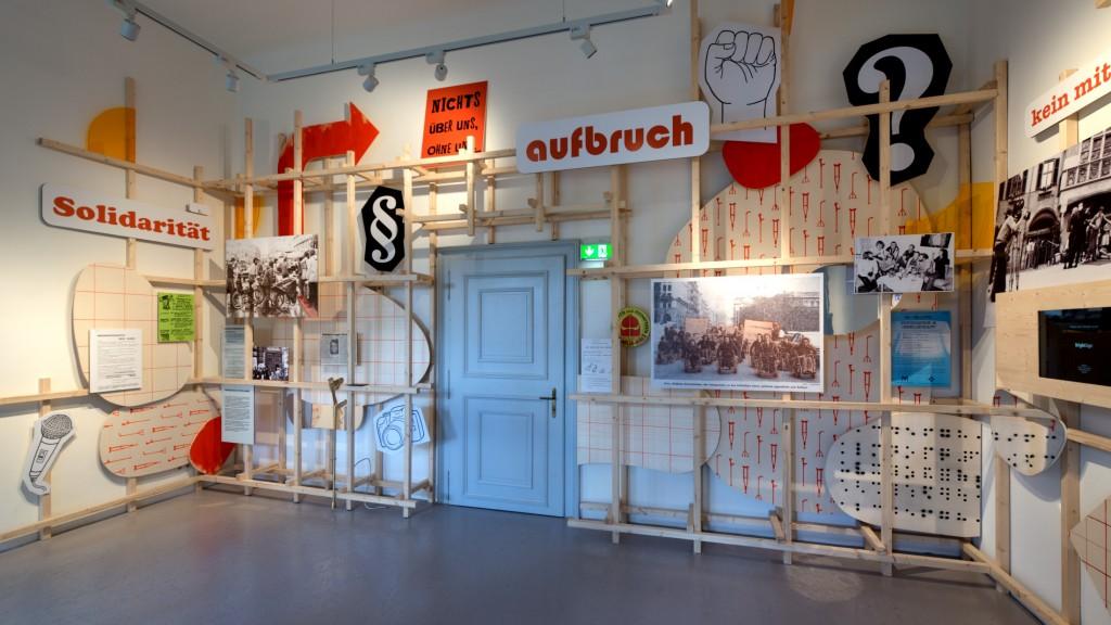 Ein Bereich der Ausstellung (Raum 8, Aufbrüche) thematisiert die Behindertenbewegung der 1970er und 1980er Jahre mit Fokus auf Österreich. Ausschnitte aus Diskussionssendungen und Interviews mit Aktivist*innen können auf einem Bildschirm gesehen und gehört werden.